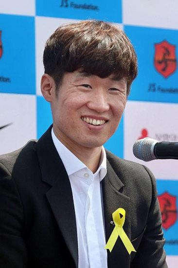 韩国足球运动员朴智星宣布退役 曾多次出征世