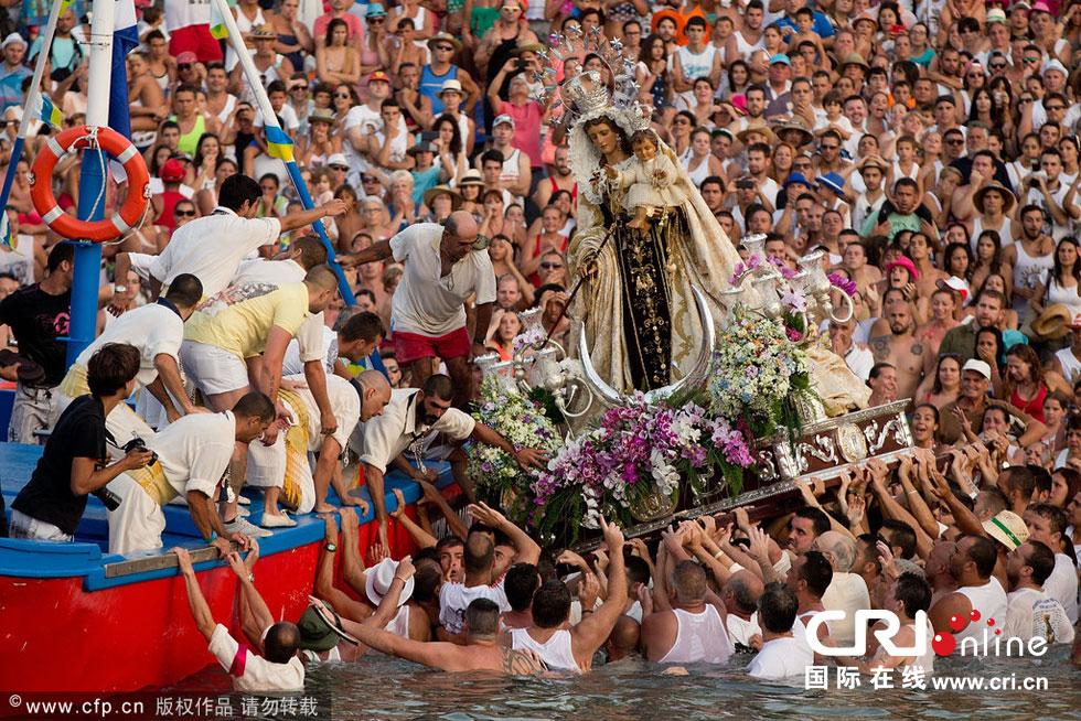 西班牙加尔默罗圣母节庆:圣母雕塑登船游行(高清组图)