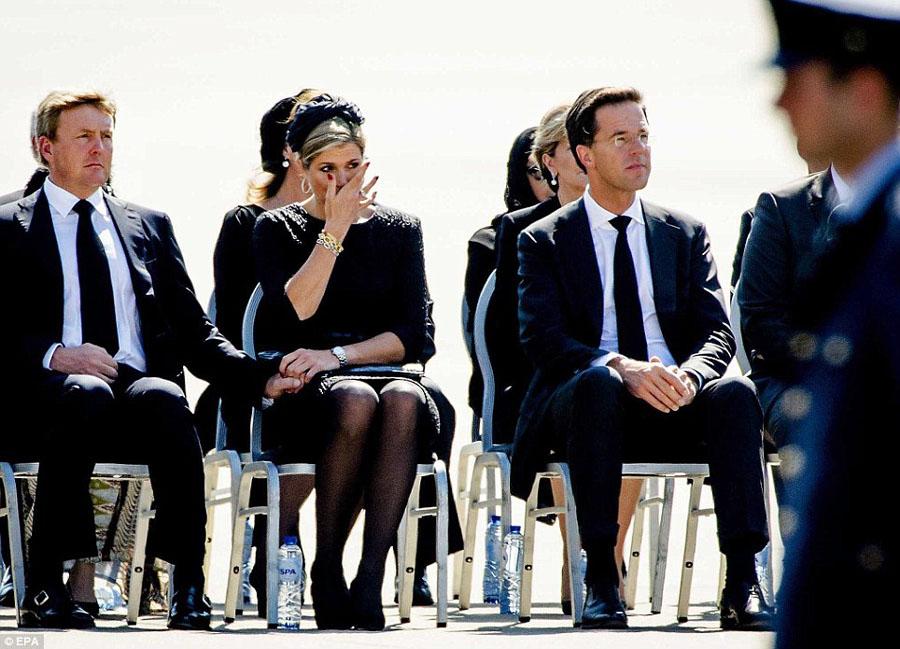 马航遇难者遗体抵荷兰 王室流泪迎接(高清组图)