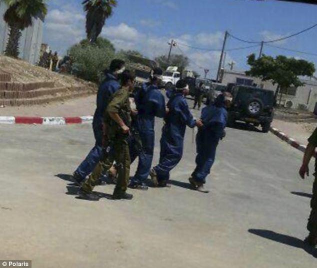 以色列处置哈马斯俘虏:当众脱光外衣换纯蓝囚服(高清组图)