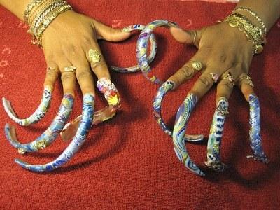 女子8年未剪指甲现长35厘米 呵护备至定期做美