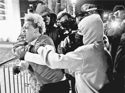 涉案白人警察被免诉引抗议 弗格森枪击案继续发酵(图)