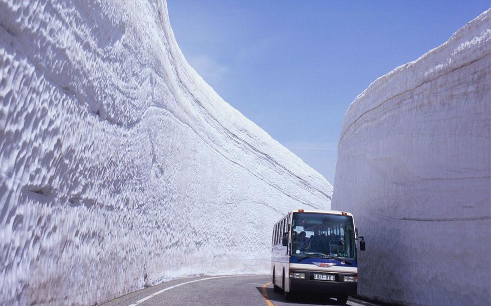 """日本""""雪墙公路""""对外开放 路两侧积雪高达20米"""
