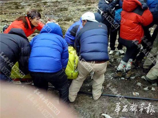 在尼中国老板找直升机飞珠峰带回8名中国伤员