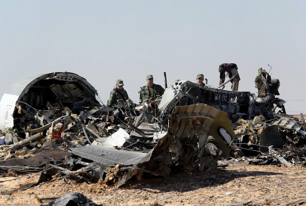 俄罗斯相关人员在埃及客机坠毁现场展开调查   当地时间2015年11月1日,埃及西奈中部El Arish附近,埃及士兵。来自俄罗斯的调查人员在客机坠毁现场展开调查。KHALED DESOUKI/视觉中国