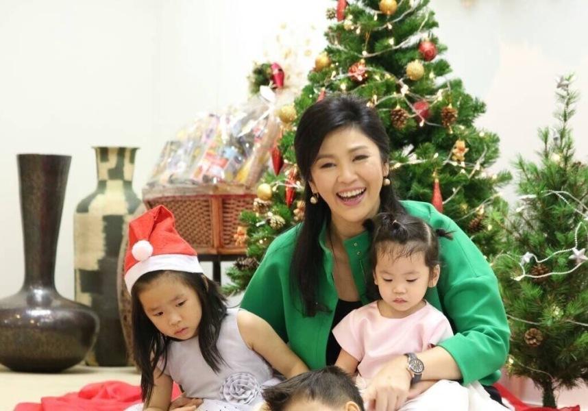 英拉与孩子们一同过圣诞 画面温馨(组图)
