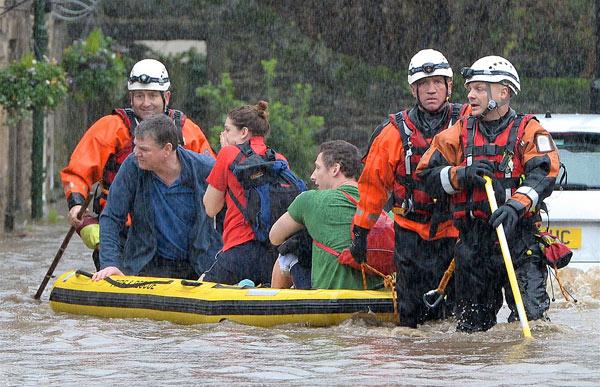 英国遭数十年一遇洪灾侵袭 两发红色气象警报(组图)