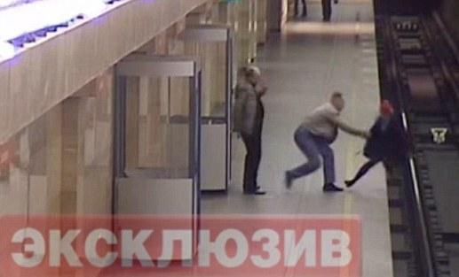 视频曝惊人一幕:俄地铁女员工被推下站台(组图)