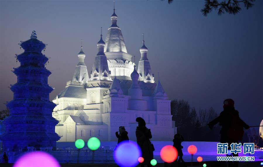 """世界最高雪塑建筑""""冰雪之冠""""""""加冕""""冰城(组图)"""