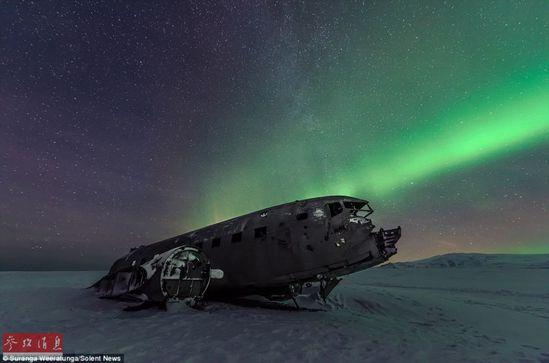 """冰岛被遗弃飞机在北极静静""""欣赏""""极光 已有40多年历史(组图)"""