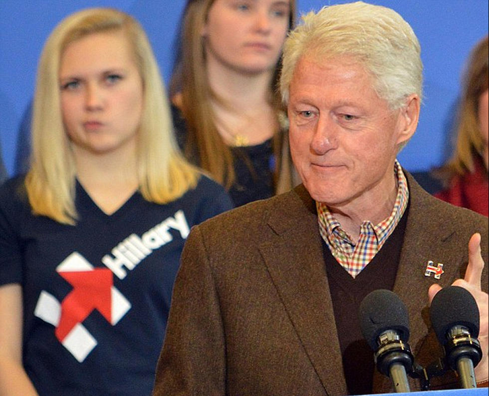 克林顿为希拉里站台拉票 背后听众做鬼脸(高清组图)