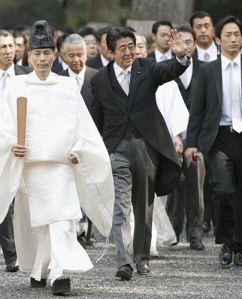 日本首相安倍晋三依照惯例参拜伊势神宫(组图)