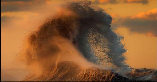 北美五大湖湖水掀巨浪 最高达10米(组图)
