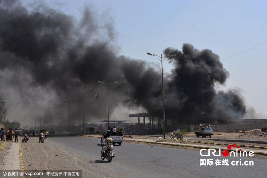 沙特联军空袭击中也门一加油站 浓烟滚滚(组图)