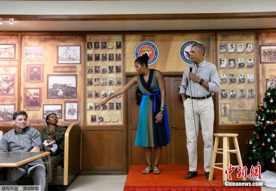 组图:奥巴马任期最后一个圣诞节 携妻子拜访海军陆战队