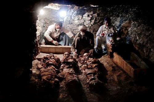 9月9日,埃及盧克索,考古學家對古墓中發現的木乃伊進行清理。