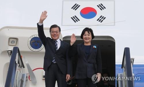 資料圖片:韓國總統文在寅(左)和夫人金正淑。(圖片來源:韓聯社)