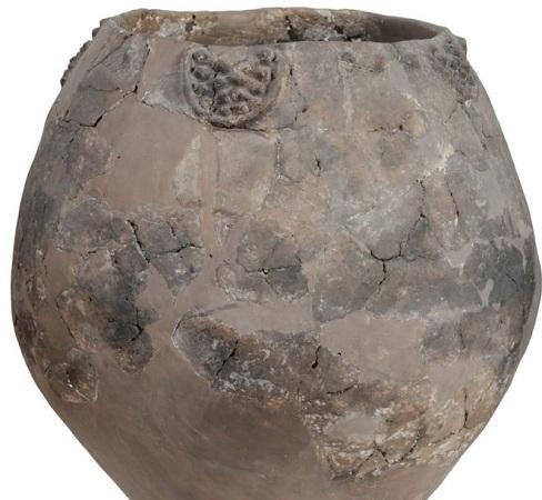 圖為研究人員在格魯吉亞發現的陶罐。(圖片來源:法新社)