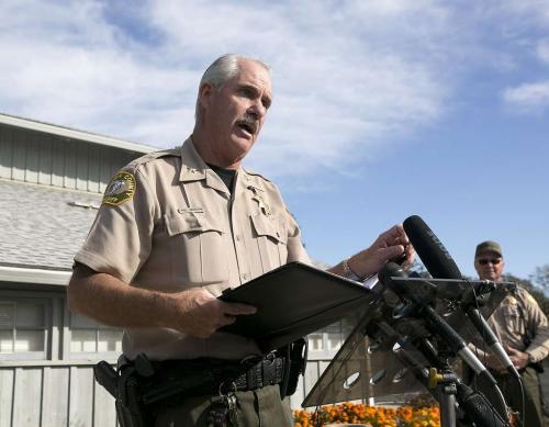 副警長約翰遜介紹槍擊案情況。