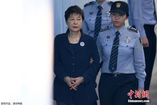 資料圖:當地時間2017年5月25日,韓國首爾,韓國前總統樸槿惠被押送至首爾中央地方法院,接受第二次公審。