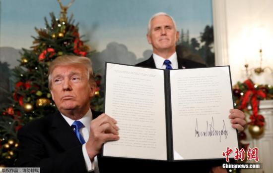 當地時間12月6日,美國總統特朗普在華盛頓發表聲明,美國政府承認耶路撒冷為以色列首都,並將把美國駐特拉維夫大使館搬遷至耶路撒冷。圖為特朗普(左)與副總統彭斯(右)展示簽名公告。