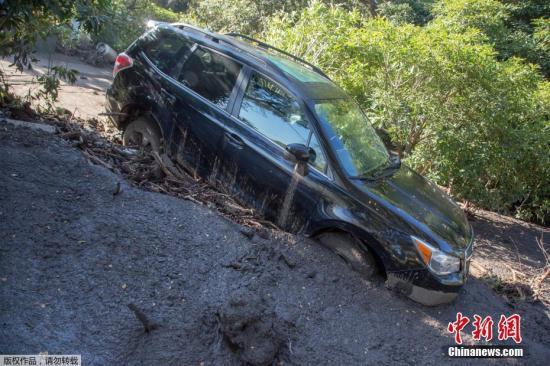 深陷在淤泥中被損毀的車輛。