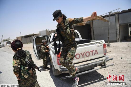 當地時間2017年7月18日,敘利亞拉卡,婦女保護協會成員前往拉卡前線作戰。美國支援的敘利亞軍事聯盟已經佔領了拉卡30%的地區。